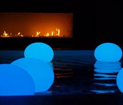 Boules de lumière posées sur l'eau